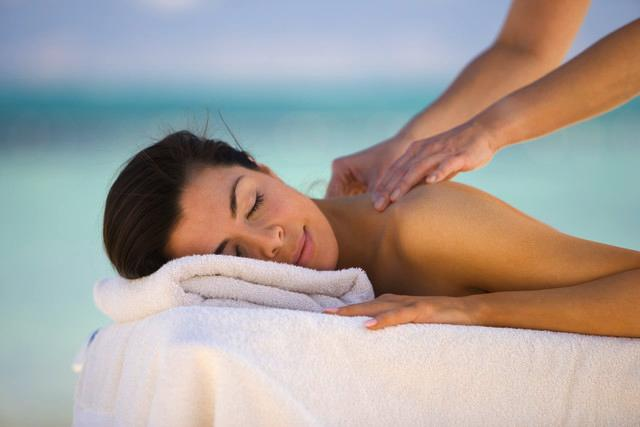 http://maessage.wordpress.com — nuque de femme massée avec les mains • mon massage s'occupe de votre corps. Tout votre corps. Mais aussi de votre psychisme. Jusqu'à la relaxation profonde…