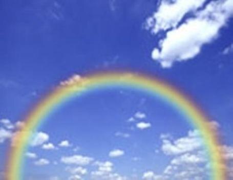 https://maessage.wordpress.com • ciel bleu parcouru de petits nuages blancs, avec un arc-en-ciel