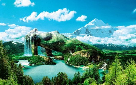 https://maessage.wordpress.com — lac entouré de forêts au premier plan, montagne enneigée à l'arrière-plan sur un ciel bleu un peu nuageux. Au milieu, une femme allongée et accoudée forme une montagne verdoyante. De ses cheveux s'écoule une grande cascade qui se déverse dans le lac • photomontage digital de Hans Peter KOLB, peintre digital allemand • «Magic Mountain» / «Montagne Magique»