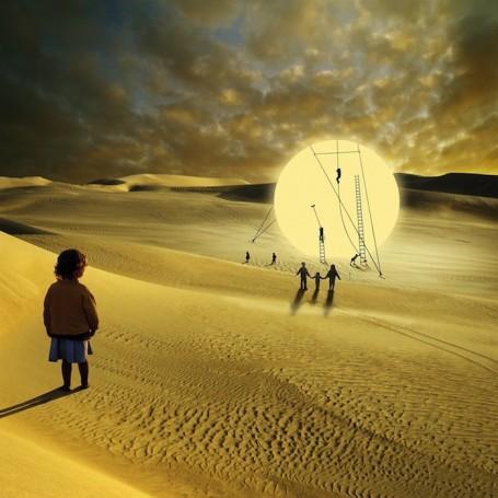 https://maessage.wordpress.com — un grand disque solaire est posé sur des dunes de sable ; des hommes y grimpent au moyen d'échelles et de cordes. Une petite fille, dos au spectateur, observe la scène • photomontage d'Alastair MAGNALDO, photographe français : « Les tâches solaires »