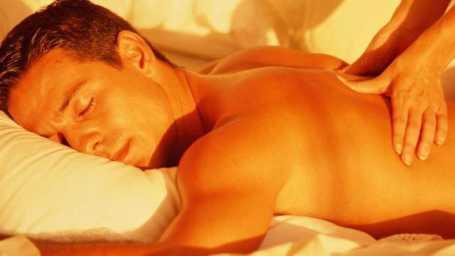 https://maessage.wordpress.com — Massages naturistes et tantriques, évolués, sur + 2 HEURES voire + 3 HEURES ! À Paris Île-de-France — pour une relaxation HORS DU COMMUN • homme allongé sur le ventre se faisant masser le dos. Son visage est paisible et détendu • détente et sérénité par masseur PASSIONNÉ et expérimenté