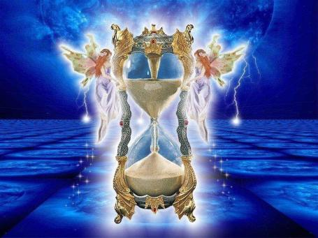 https://maessage.wordpress.com — un sablier finement ciselé et ornementé est tenu par 2 nymphes ailées, qui le maintiennent dans le ciel. À l'arrière-plan, une planète bleue d'où jaillissent des éclairs