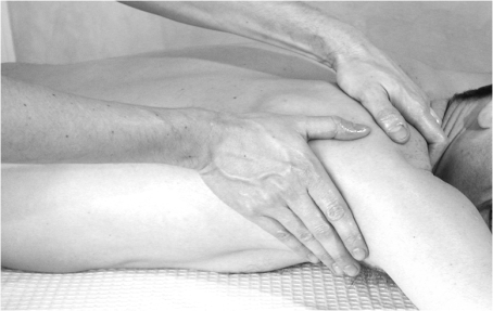 https://maessage.wordpress.com — photo noir & blanc : massage d'une épaule d'homme, allongé sur le ventre