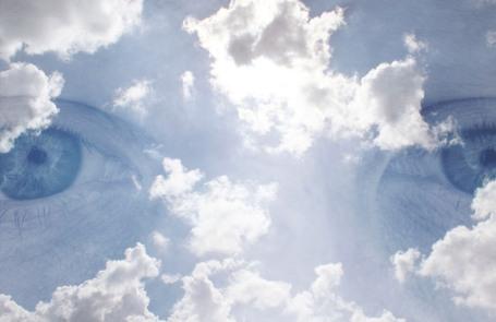 https://maessage.wordpress.com — regard bleu dans les nuages • photomontage de Richard VANTIELCKE (Tielkric), photographe français : « La tête dans les nuages » • autoportrait