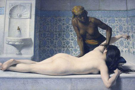 https://maessage.wordpress.com — Une femme blanche nue, vue de dos, est allongée sur un banc de marbre gris bleuté. Une femme noire, seins nus et coiffée d'un turban, la masse. Elle soulève son bras gauche d'une main tout en appuyant sur son flanc de l'autre. Décor de hammam avec fontaine et carrelage à dominante bleue de style orientaliste • peinture d'Édouard DEBAT-PONSAN, peintre français fin XIXe / début XXe siècle • « Le Massage au Hammam » • 1883