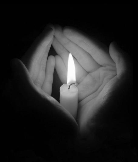 https://maessage.wordpress.com — une bougie éclaire deux mains entrouvertes autour d'elle. Photo en noir et blanc
