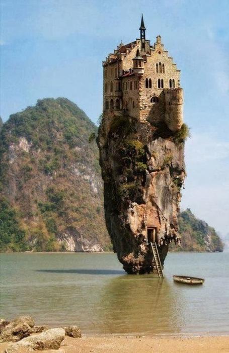 https://maessage.wordpress.com — photomanipulation représentant un château haut perché sur un piton rocheux baignant dans la mer, composée à partir des photos de l'îlot Ko Tapu à Khao Phing Kan (Thaïlande) et du château de Lichtenstein (Allemagne) • Jan OLIEHOEK, photomanipulateur surréaliste hollandais • « Dream House » / « Maison de rêve »