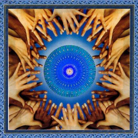 https://maessage.wordpress.com — Des Noirs et des Blancs tendent leurs mains aux doigts enchevêtrés, lesquels forment un cercle autour d'un mandala à dominante bleue au centre duquel se trouve un oeil • peinture mandala mystique de Paul HEUSSENSTAMM, peintre américain, professeur et conférencier :« Reach for the Light » / « Atteindre la Lumière »