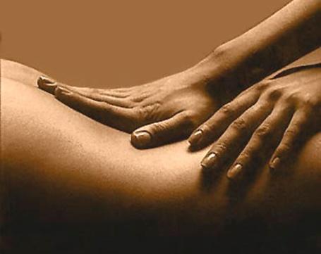 https://maessage.wordpress.com — 2 mains bien à plat massent le creux du dos et le haut de la fesse d'une personne. Couleur dominante : sépia