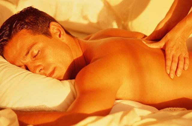 http://maessage.wordpress.com — Massages naturistes et tantriques, évolués, sur + 2 HEURES voire + 3 HEURES ! À Paris Île-de-France — pour une VRAIE relaxation • homme allongé sur le ventre se faisant masser le dos. Son visage est paisible et détendu • détente et sérénité par masseur PASSIONNÉ et expérimenté