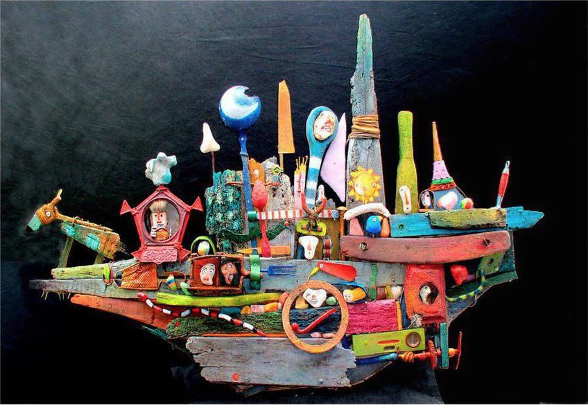 https://maessage.wordpress.com • assemblage en forme de bateau à partir d'objets de récupération • joyeux et multicolore • Gérard COLLAS, artiste français • « Le bateau attrapeur de rêves »