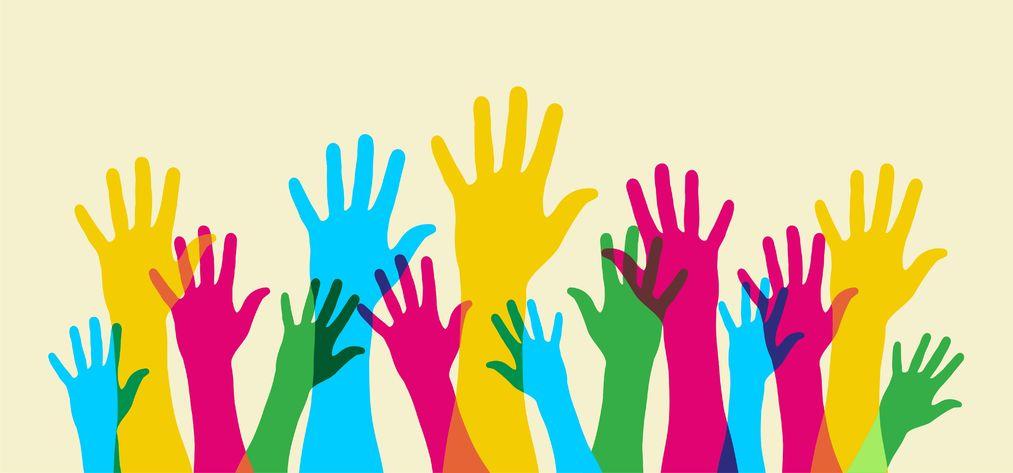 https://maessage.wordpress.com • des mains bleues, jaunes, roses, vertes se dressent, les doigts écartés, sur fond jaune pâle. Elles se recouvrent partiellement, ce qui crée des effets de couleur • dessin vectoriel « Your hand up. Everybody opinion matters » / « Levez votre main. Toutes les opinions comptent » • Cienpies Design & Communication : studio de création graphique uruguayen