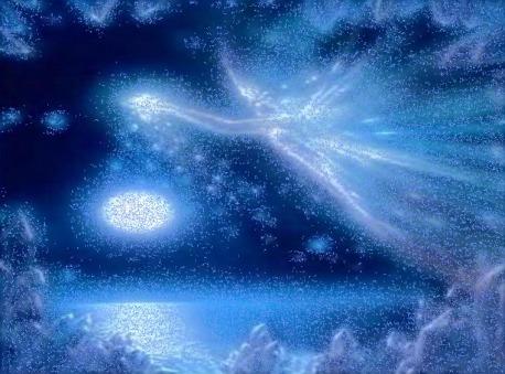 https://maessage.wordpress.com — messager évoquant un oiseau de grande taille, formé de poussières d'étoiles, volant au-dessus de nuages. Parmi la nébulosité, on distingue un astre scintillant ellipsoïdal. Couleur dominante : bleu
