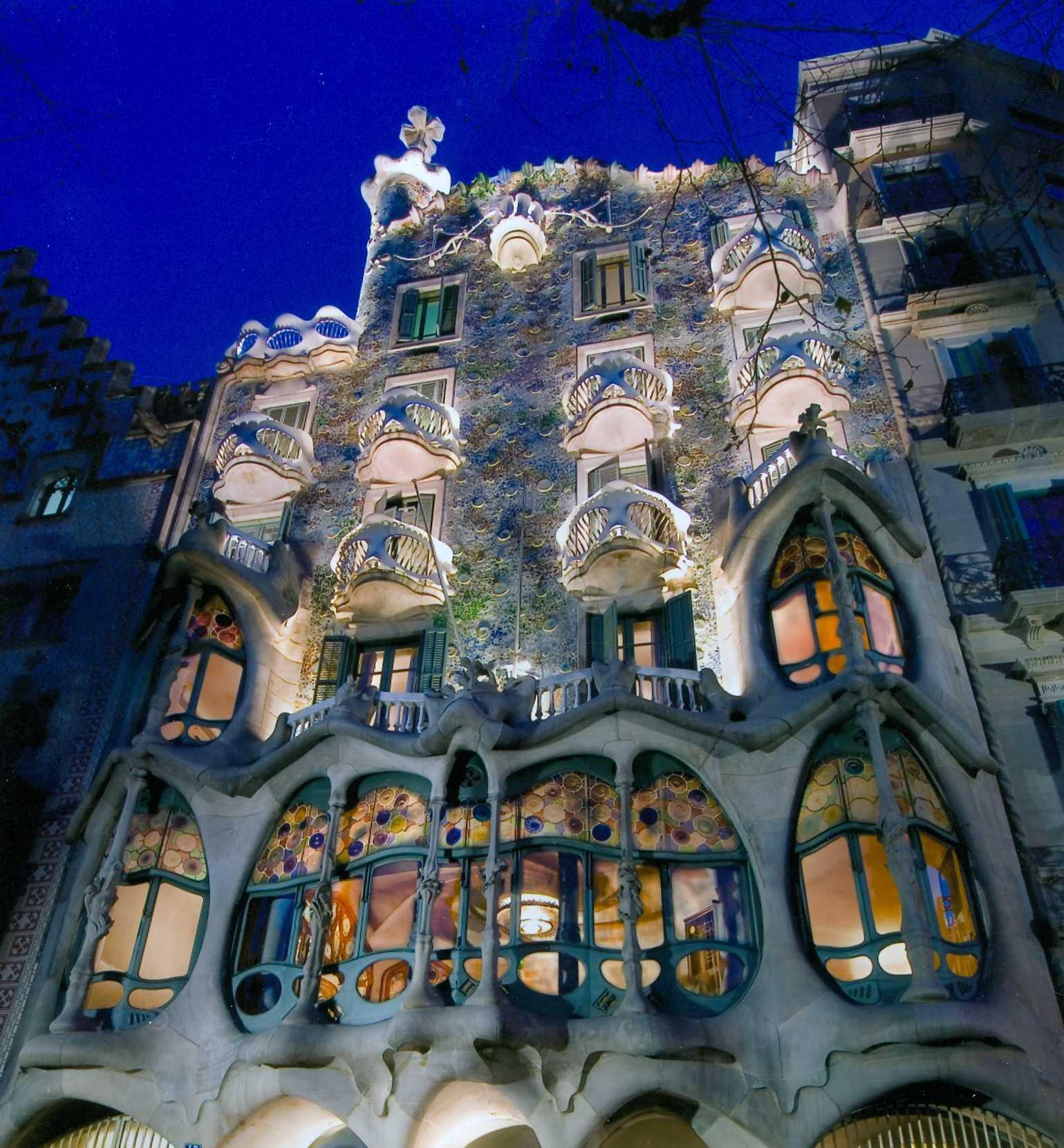 https://maessage.wordpress.com — photo prise la nuit de la Casa Batlló à Barcelone (Espagne), édifice de style moderniste entièrement restructuré par l'architecte et designer espagnol Antoni Gaudí